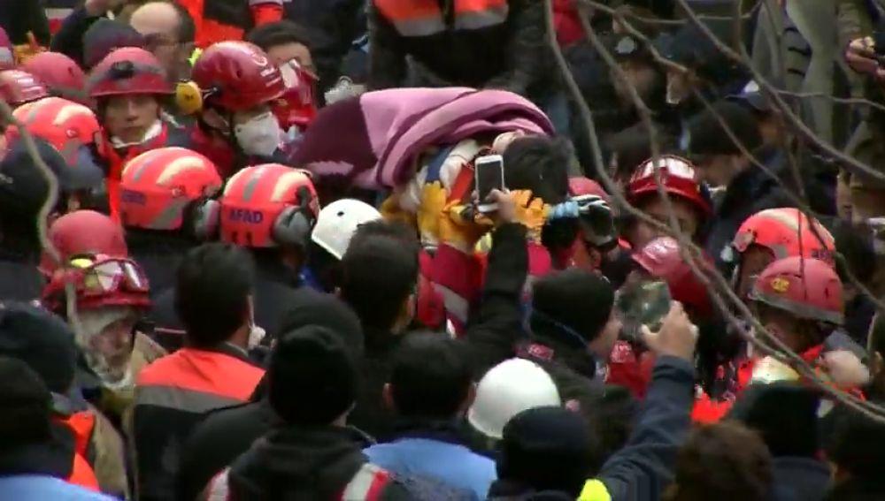 Rescatan a una niña de 5 años en el edificio derrumbado de Estambul