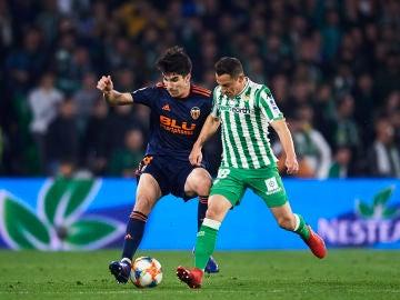 Soler y Guardado se disputan la posesión del balón