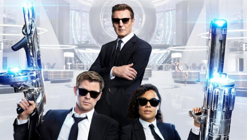 Liam Neeson junto a Chris Hemsworth y Tessa Thompson