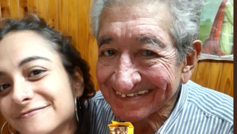 Imagen del abuelo con su nieta