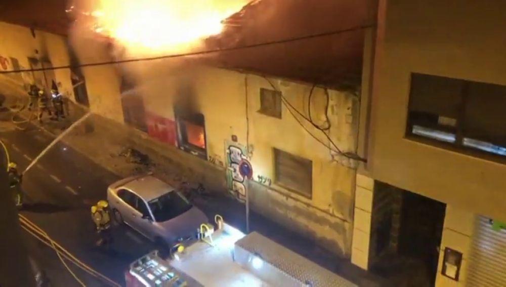 Un incendio en Alicante arrasa con una antigua fábrica de tomates