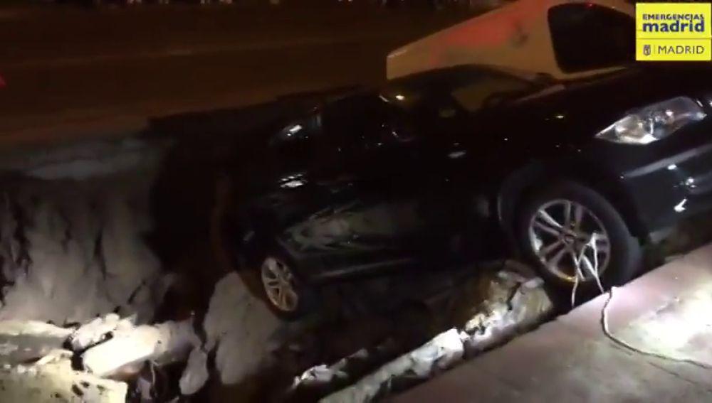 Un socavón de dos metros en el barrio madrileño de Ciudad Lineal engulle a dos coches