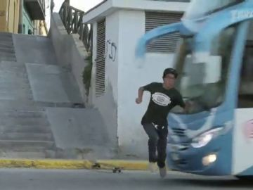 Duras imágenes: el brutal atropello de un autobús a un joven skater en Perú