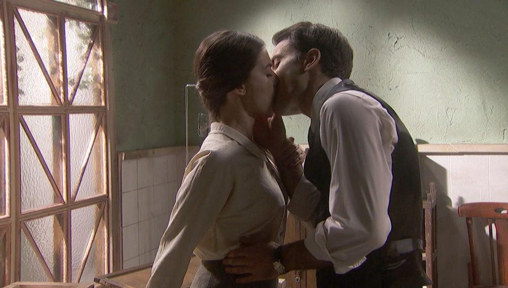 El primer beso de Álvaro y Elsa, ¿surgirá el amor?