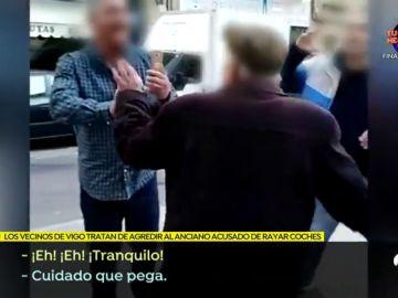 """VÍDEO: Acorralan y agreden al anciano 'raya coches' de Vigo: """"Tenías que estar muerto, cabrón"""""""