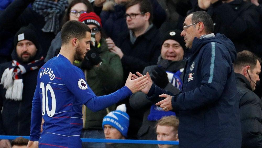 Sarri da la mano a Hazard durante un partido