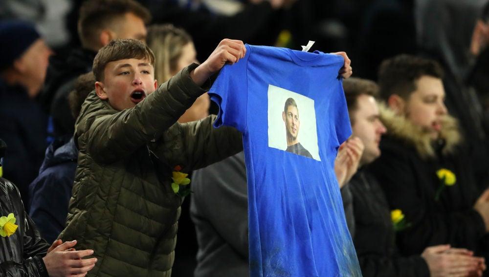 Un aficionado del Cardiff enseña una camiseta con la foto de Emiliano Sala