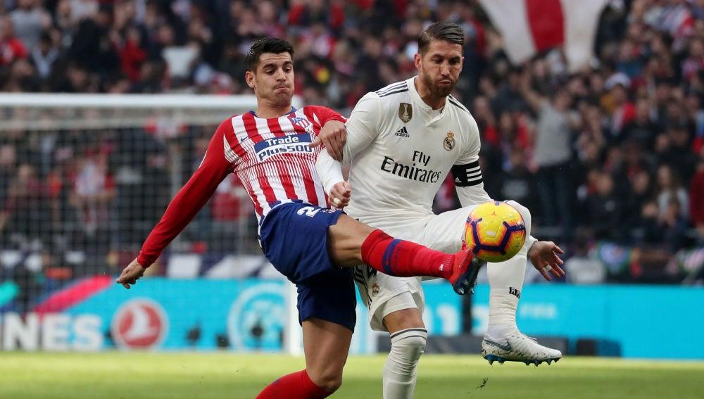 Morata y Sergio Ramos se disputan la posesión del balón