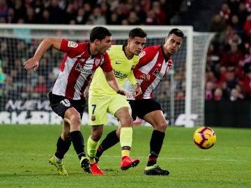 Coutinho intenta pasar ante la defensa del Athletic