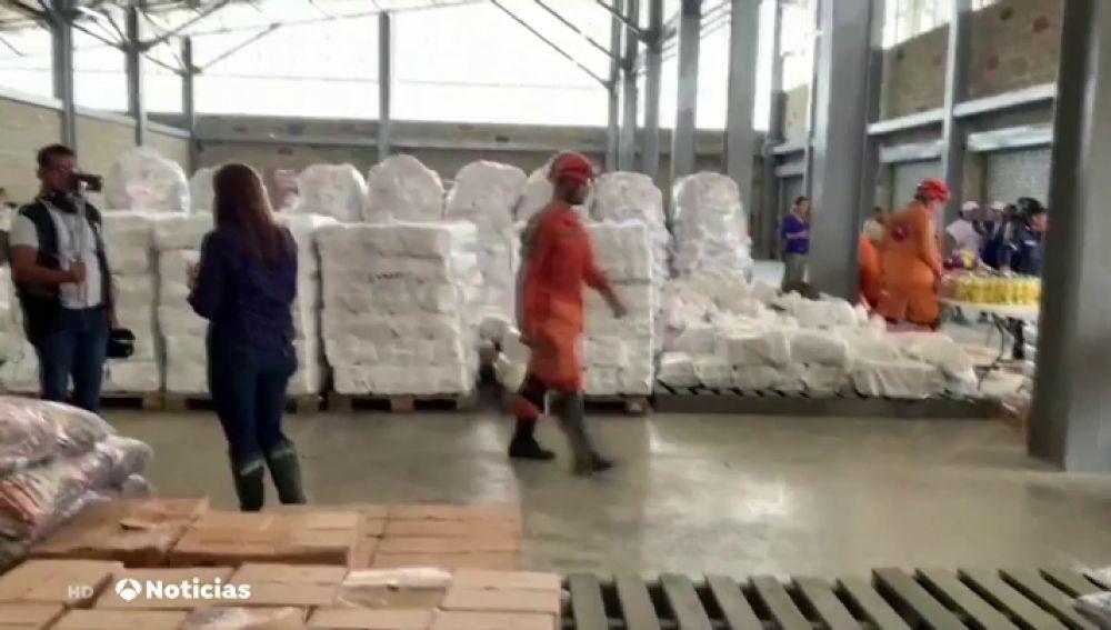Cientos de venezolanos voluntarios se organizan para participar en la distribución de la ayuda humanitaria