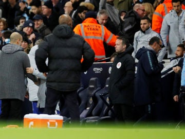 Maurizio Sarri se va del Etihad Stadium sin dar la mano a Guardiola