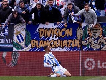 En-Nesyri celebra uno de sus goles contra el Betis