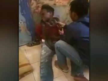 Ponen una serpiente alrededor del cuello a un joven acusado de robar móviles para obligarle a que confiese