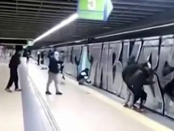 Detenidos 18 grafiteros tras asaltar y pintar los vagones de varios trenes del metro de Madrid