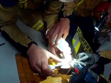 Bomberos de Alcalá de Guadaíra auxilian a un menor que se había atrapado los dedos con una cerradura