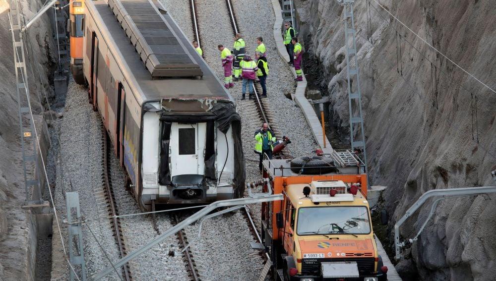 Técnicos de Renfe y de Adif proceden a la retirada de los vagones