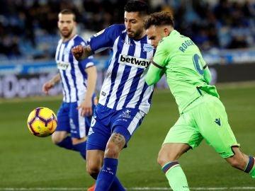 Roger Martí pelea un balón con Guillermo Maripan
