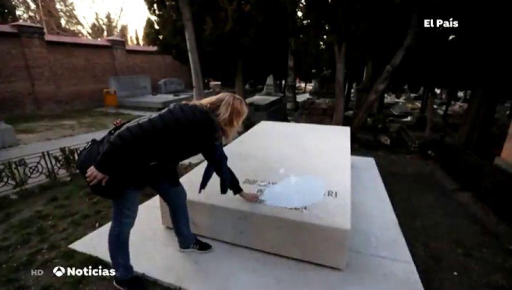 Profanan las tumbas de Pablo Iglesias, la Pasionaria y el monumento a las Trece Rosas con pintadas vandálicas