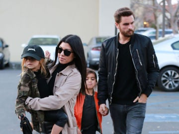 Kourtney Kardashian y Scott Disick junto a sus hijos