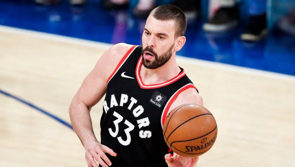 Marc Gasol lleva el balón en un partido con los Raptors