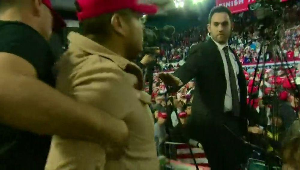 Un partidario de Trump atacan a un cámara de la BBC mientras grababa un mitin