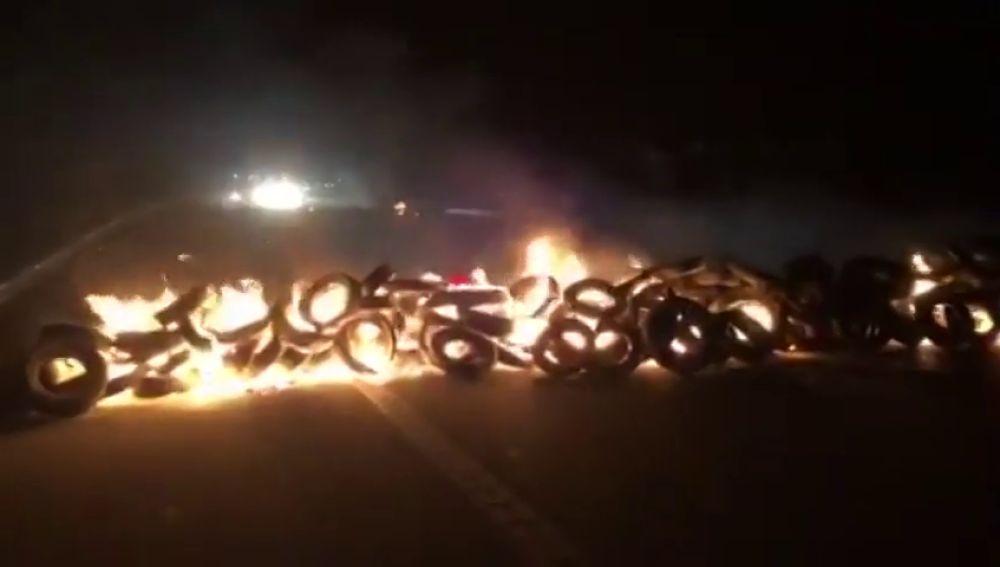 Los CDR cortan la AP7 en Sant Celoni (Barcelona) con neumáticos y la Gran Vía de Barcelona