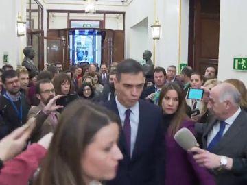"""Sánchez acusa a la derecha y al independentismo de """"vivir mejor en la confrontación"""" por rechazar los PGE"""
