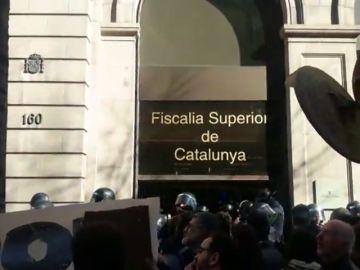 """Cantando: """"No es un juicio, es una farsa"""", protestan los independentistas en Cataluña"""