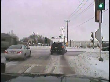 Un coche es arrollado por un camión al saltarse el semáforo en rojo