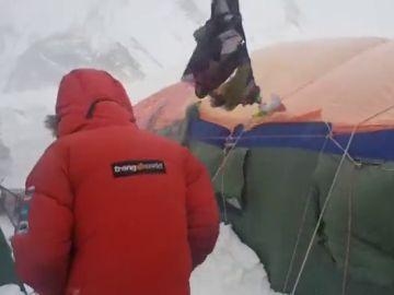 Vientos huracanados de 109 km/h en el K2: Alex Txikon sobrevive con los iglúes y una pared de nieve