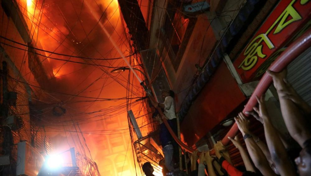 Imagen del incendio masivo que ha asolado la ciudad de Dacca, en Bangladesh.