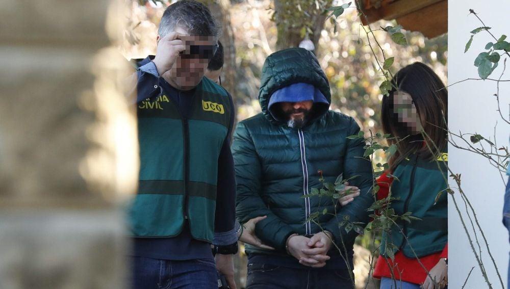 Agentes de la Guardia Civil han trasladado al detenido como presunto inductor del asesinato del concejal de Llanes