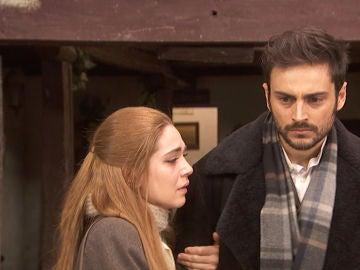 Julieta y Saúl, aterrorizados por una visita inesperada