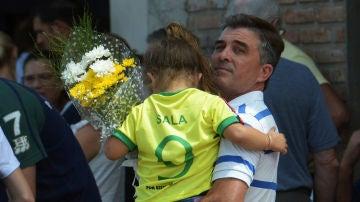 Una niña, con la camiseta de Emiliano Sala en el funeral del argentino