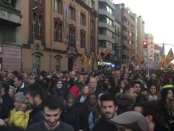 Decenas de personas se manifiestan en las calles de Girona