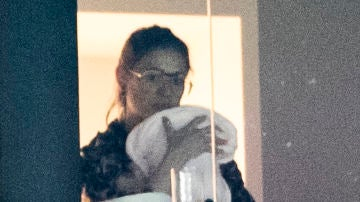 Carla Pereyra y su hija recién nacida el mejor apoyo de Simeone