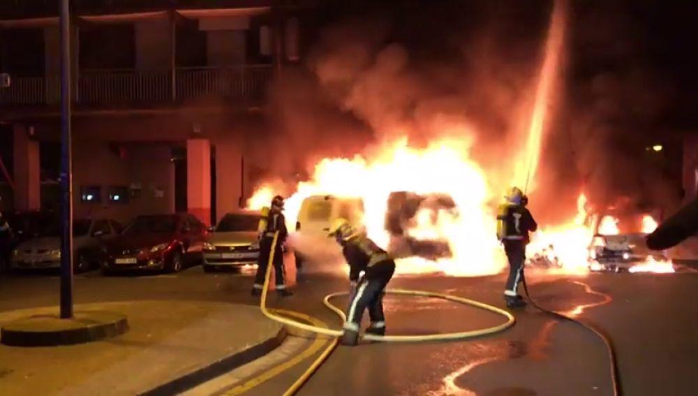 Un incendio deja cinco vehículos calcinados en San Sabastián