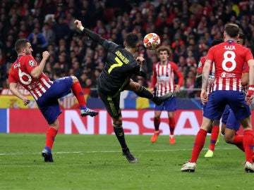 Cristiano Ronaldo intenta rematar ante el Atlético de Madrid