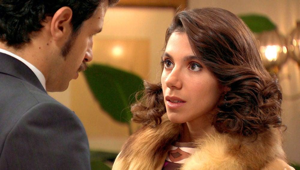 Carolina y Carlos intentan evitar su atracción
