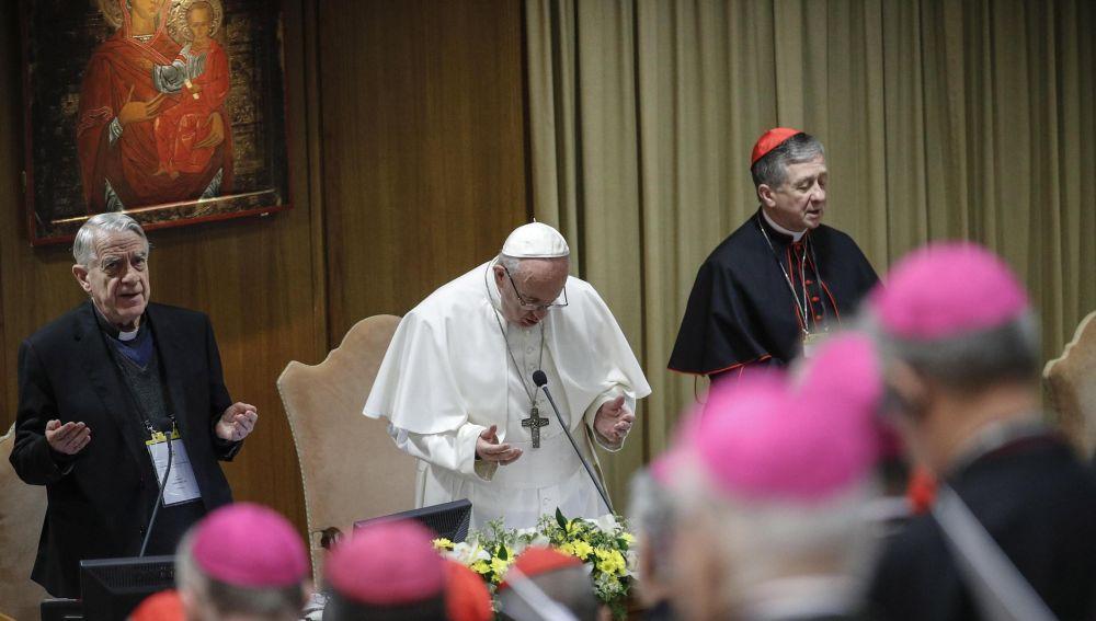 El papa Francisco reza al inicio, este viernes, de la segunda jornada de la reunión