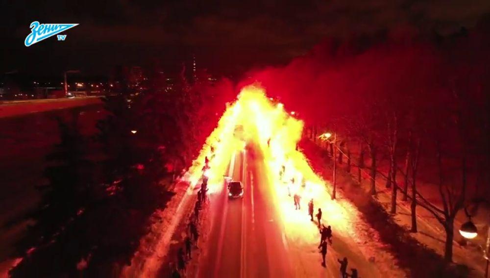Espectacular pasillo de bengalas para recibir al Zenit ante su partido contra el Fenerbahce