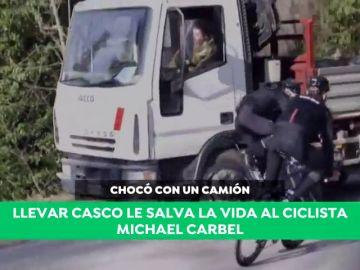 Brutal impacto de un ciclista con un camión: el casco le salva la vida