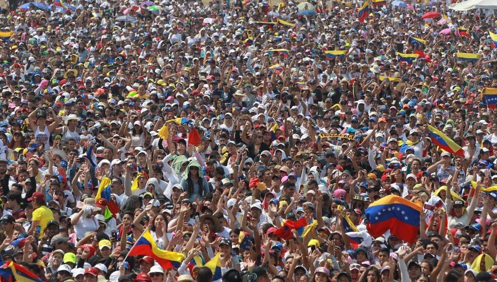 Miles de personas asisten al concierto benéfico por Venezuela