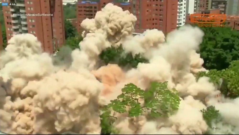 Demuelen el edificio en el que vivió el narcotraficante Pablo Escobar en Medellín