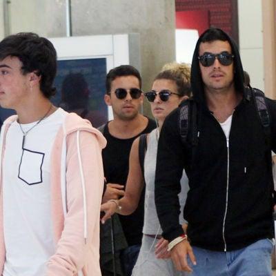 Mario Casas junto a sus hermanos Óscar, Sheila y Christian