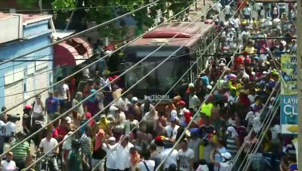 REEMPLAZO | Una veintena de heridos por los gases lacrimógenos lanzados por militares venezolanos contra los ciudadanos que quieren pasar a Colombia