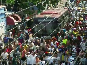 REEMPLAZO   Una veintena de heridos por los gases lacrimógenos lanzados por militares venezolanos contra los ciudadanos que quieren pasar a Colombia