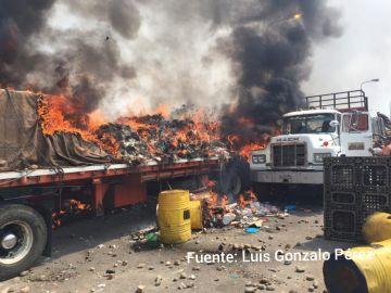 Camión incendiado en Venezuela