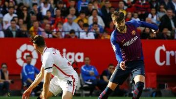 Gerard Piqué, en acción ante el Sevilla