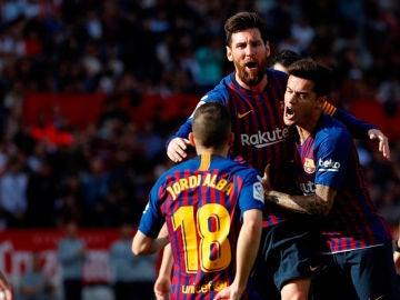 Leo Messi celebra un gol con Philippe Coutinho y Jordi Alba frente al Sevilla